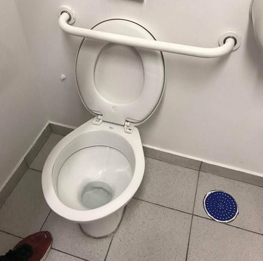 toilet lid that doesn't go down in this bedroom