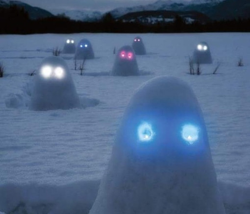 Snowmen that look like ghosts have glowing eyes.