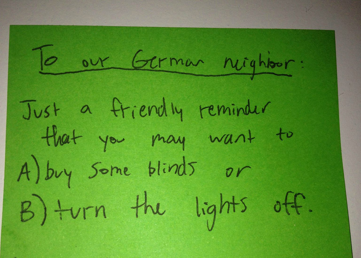 A note asks a German neighbor to shut the blinds or turn off the lights.