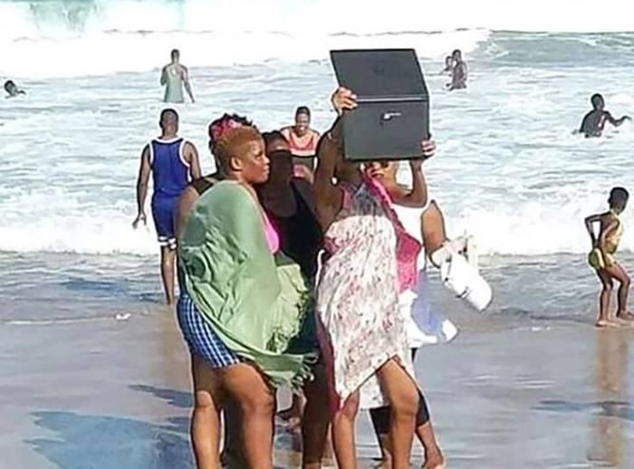 laptop-at-beach.jpg-60907